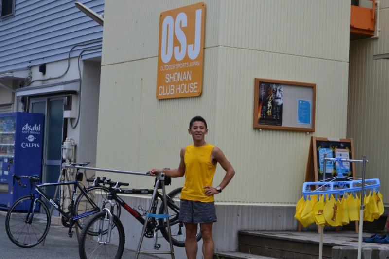 イエローの外観とオレンジのロゴ(と瀧地店長のTシャツ!)がとってもよく目立つOSJ。お近くに行った際には、是非気軽に足を運んでみてください!